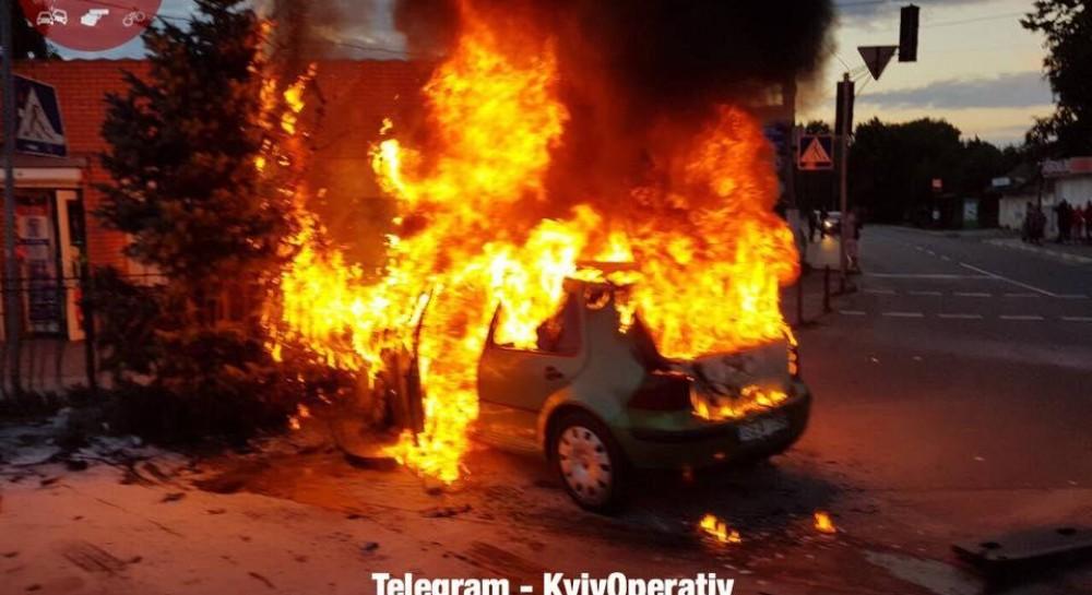 Под Киевом после столкновения загорелся Volkswagen с беременной женщиной