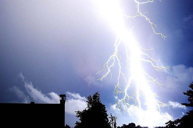 МЧС предупреждает о вероятности грозы в Москве в воскресенье