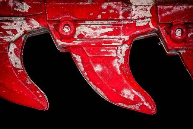 Мужчину, напавшего с бензопилой на жену, 11 раз выдворяли из США