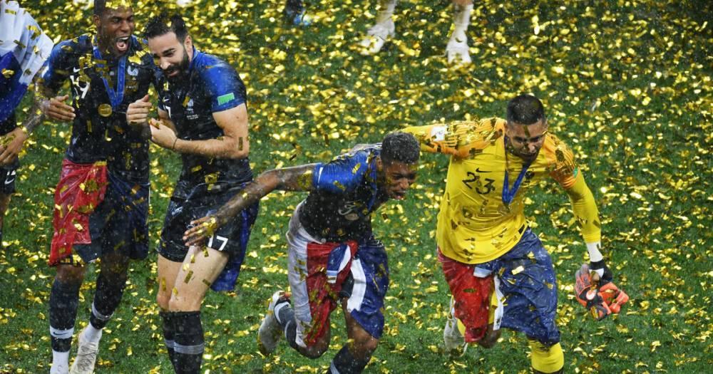 Французские футболисты прервали пресс-конференцию Дешама шампанским и песнями