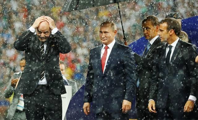 Путин под зонтом во время дождя на награждении команд в финале чемпионата мира по футболу