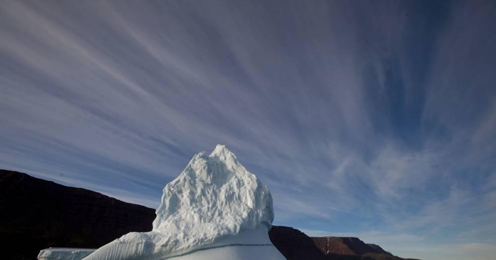 Потеряшка. В Гренландии к берегу прибился огромный айсберг