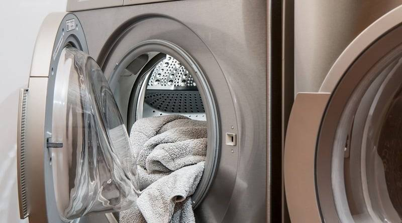 3-летняя девочка залезла в работающую стиральную машину, пока родители спали