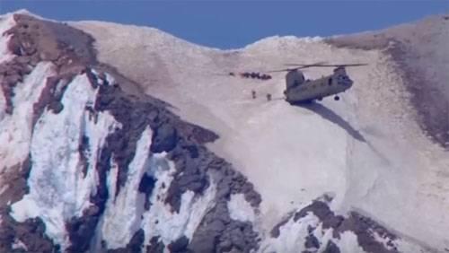 """Уникальная """"посадка"""" вертолёта CH-47 Chinook в горах"""