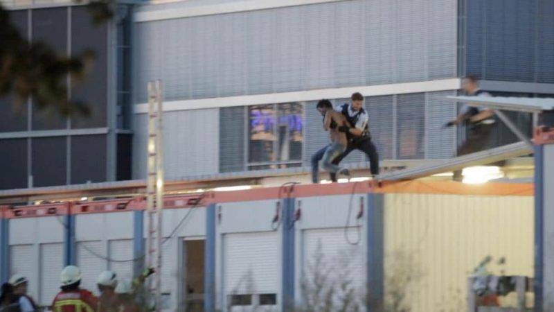 Он кричал и бросался камнями: полиция сняла с крыши просителя убежища