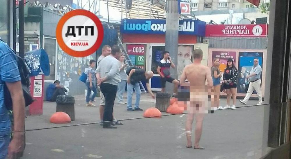 По Киеву разгуливал голый мужчина