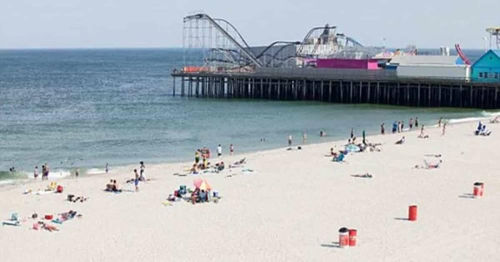 В Нью-Джерси пляжный зонт насквозь пронзил ногу пожилой британки