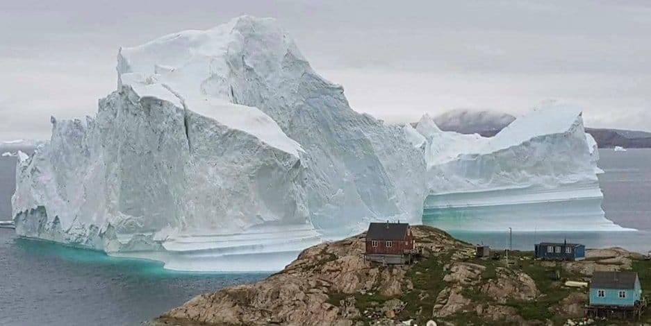 Жители деревушки вынуждены покидать свои дома из-за бродячего айсберга