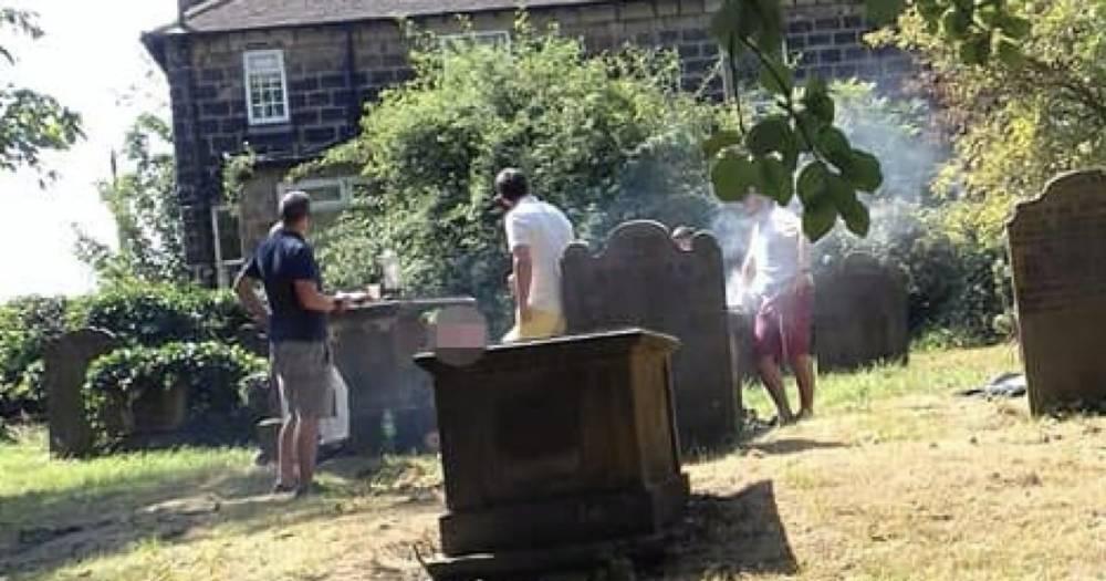 В Западном Йоркшире компания с детьми устроила пикник на кладбище
