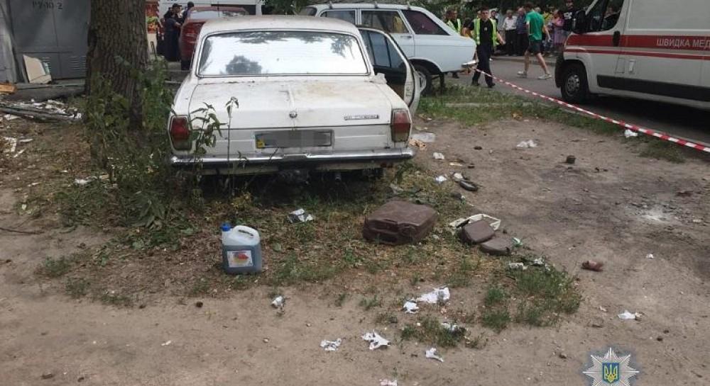 """Киев после ранения детей от взрыва в заброшенной """"Волге"""" до сих пор не очистили от автохлама"""