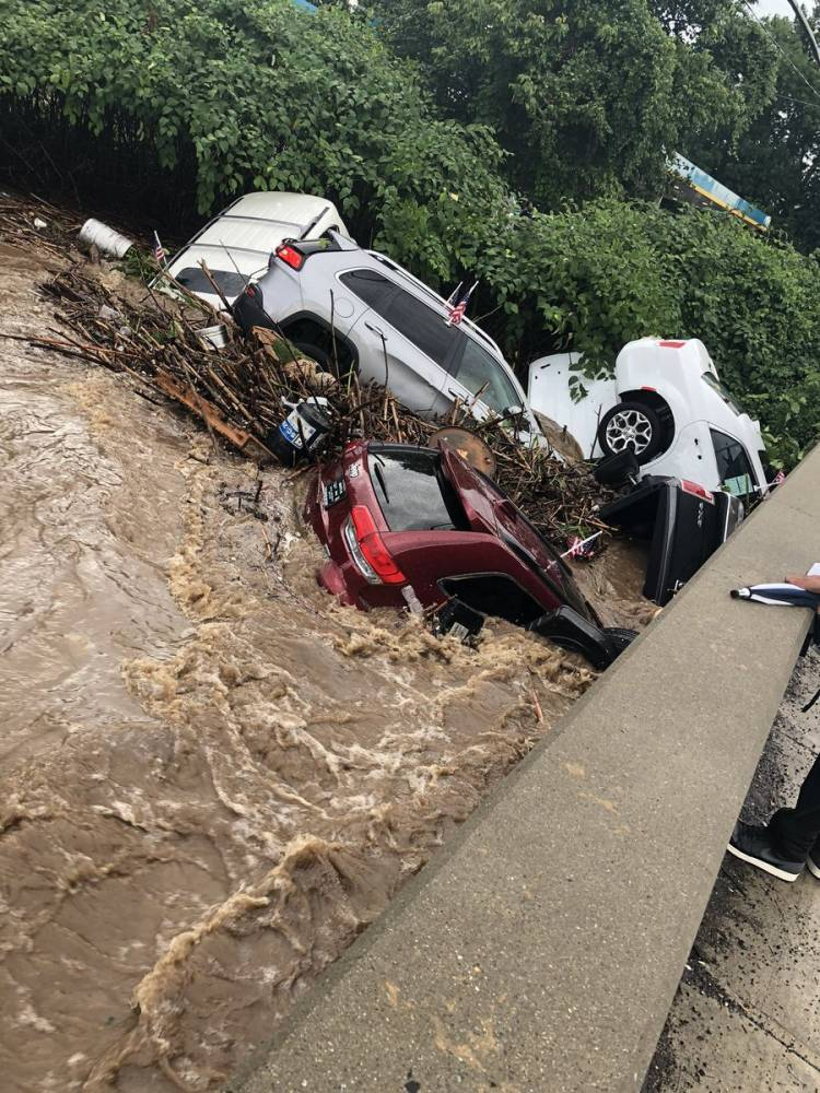 В Нью-Джерси поток воды смыл дорогие авто из салона