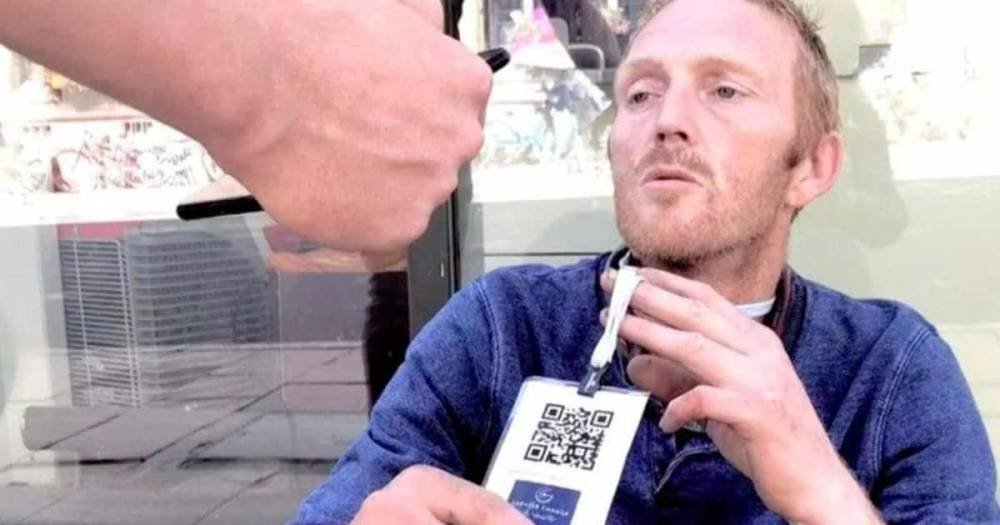 Бездомным на шею повесили штрих-коды, чтобы люди могли жертвовать деньги через смартфон