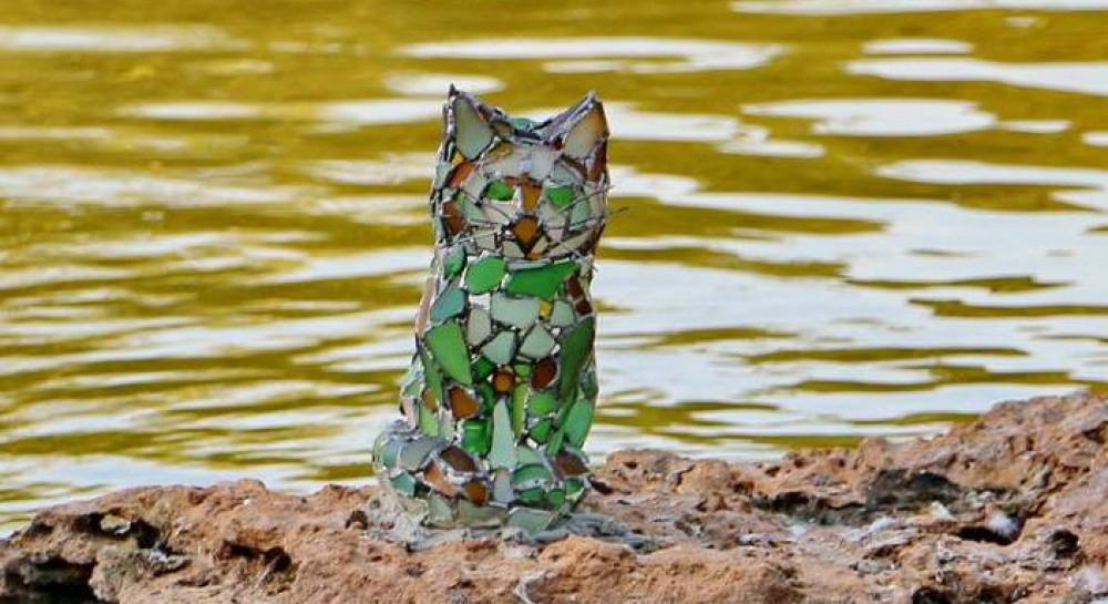 В Одессе установили оригинальную скульптуру кота из витражного стекла
