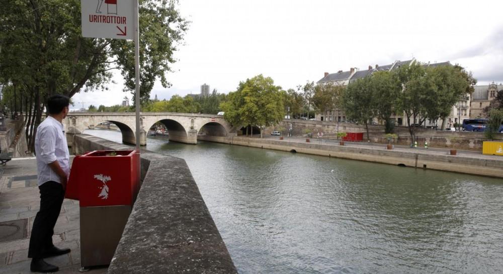 Не надо стесняться: на улицах Парижа появились открытые писсуары, местные негодуют