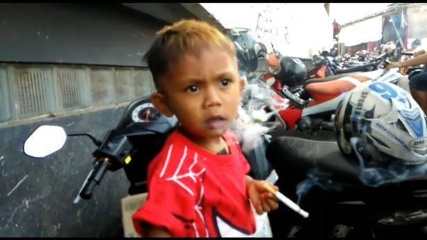 Двухлетний мальчик выкуривает 40 сигарет в день