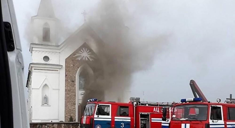 В Беларуси от удара молнии загорелся 150-летний костел