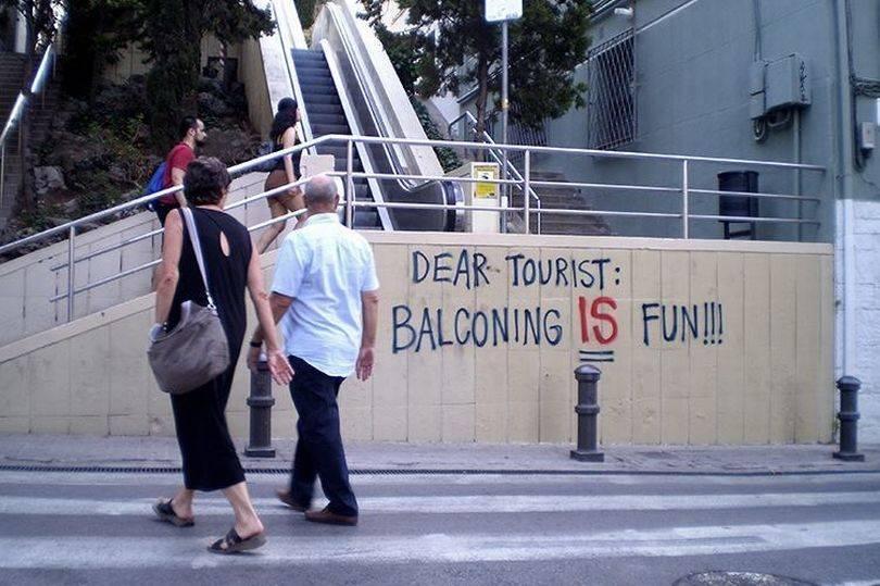 Уставшие от туристов испанцы развесили в Барселоне серию грубых постеров