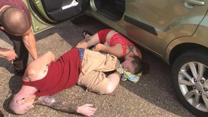 Прохожий спас ребенка из машины, оставленной под палящим солнцем