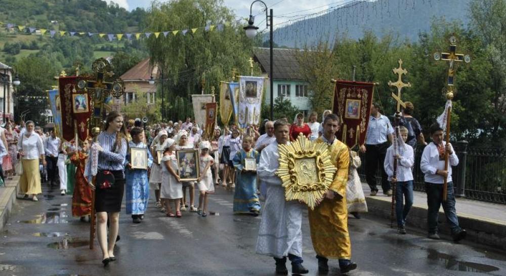 На Закарпатье сотни верующих УПЦ прошли крестным ходом с молитвой о мире в Украине