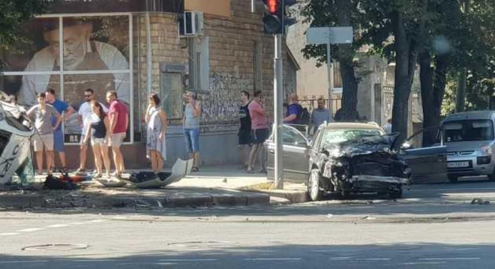 В Сумах полицейский автомобиль после ДТП вылетел на тротуар и сбил пешеходов, есть пострадавшие
