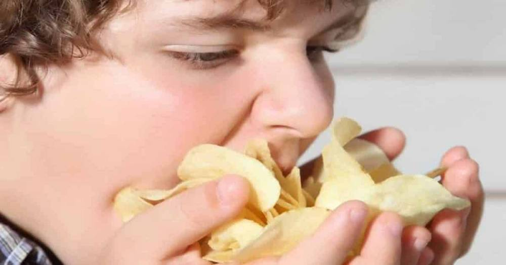 Любимый снек британцев – чипсы с сыром и луком – исчезнет с полок магазинов