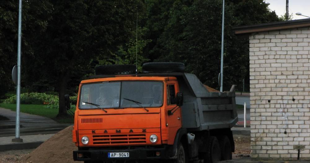 Забыл про ручник. В Саратовской области КамАЗ раздавил водителя во время ремонта