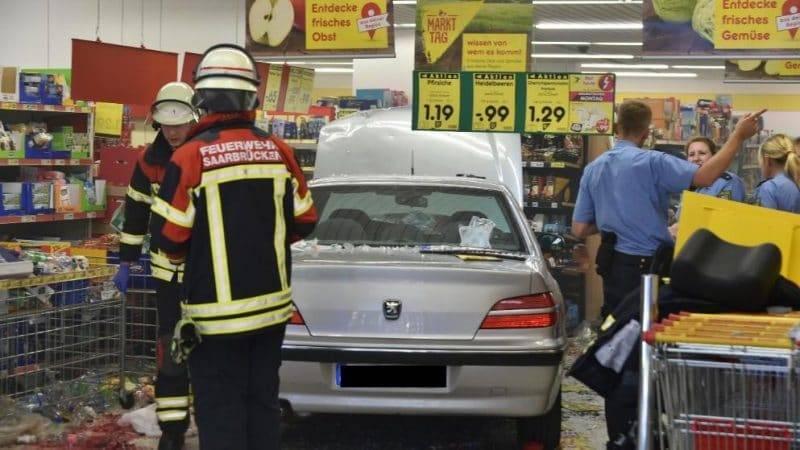 91-летний пенсионер на автомобиле въехал в супермаркет. 6 пострадавших