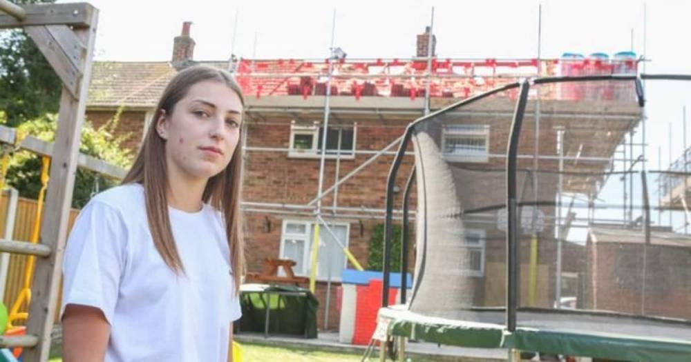 Подросток проснулась от того, что с потолка ее комнаты свисали ноги строителя, провалившегося сквозь крышу