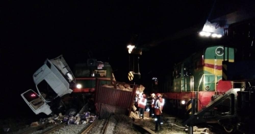 На переезде во Владимирской области товарный поезд снёс грузовик, есть жертвы