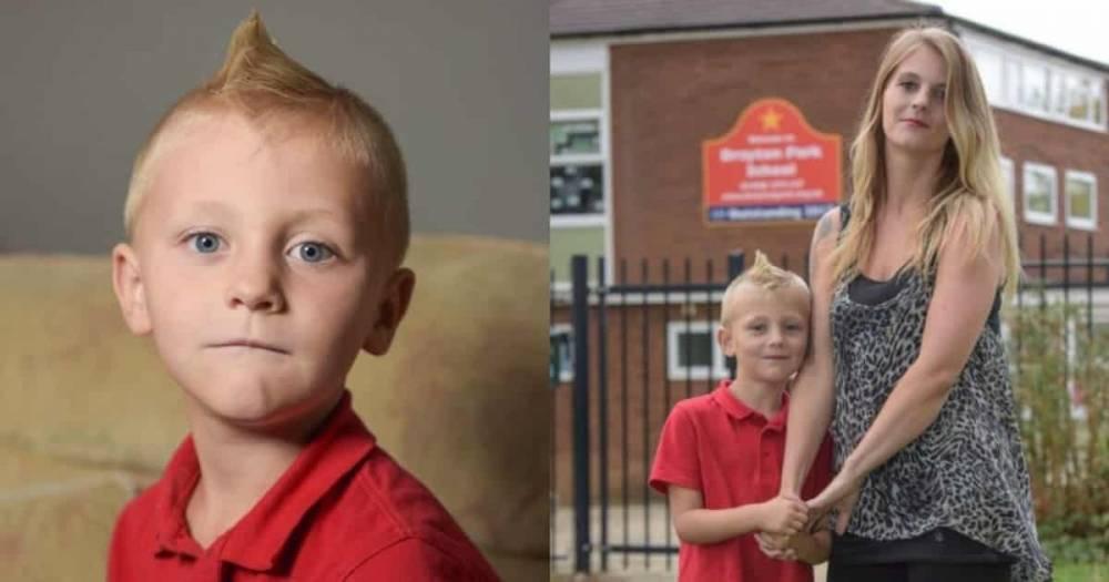 Первокласснику запретили приходить в школу с ирокезом, поскольку он может выколоть кому-то глаза