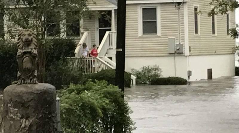 Ураган «Флоренс» запер людей в ловушке на крышах домов и в автомобилях