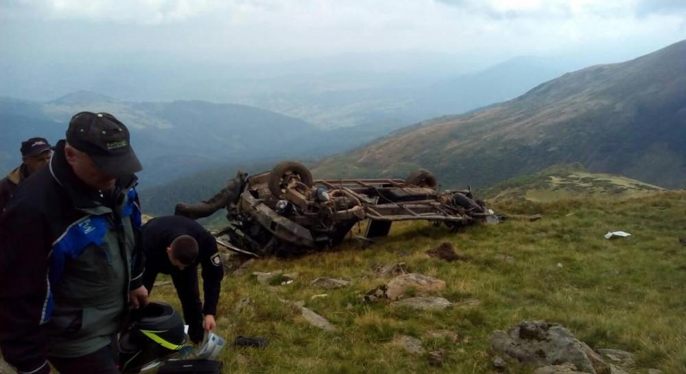 На Закарпатье двое туристов сорвались на внедорожнике в ущелье и погибли