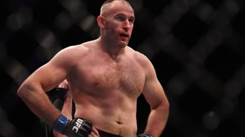 Появилось видео победного удушающего приема российского бойца UFC Олейника против Ханта
