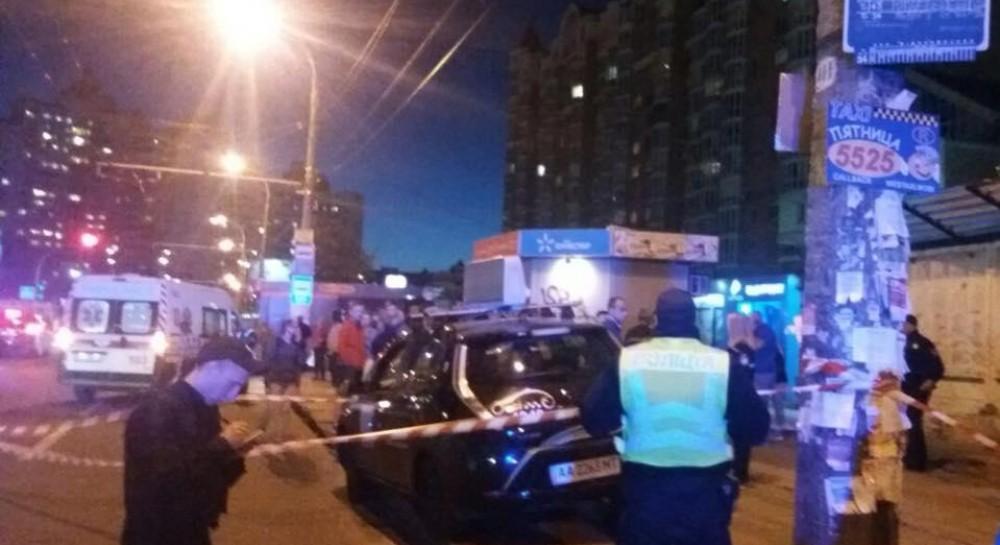 В Киеве таксист влетел в остановку: полиция подозревает его в употреблении наркотиков