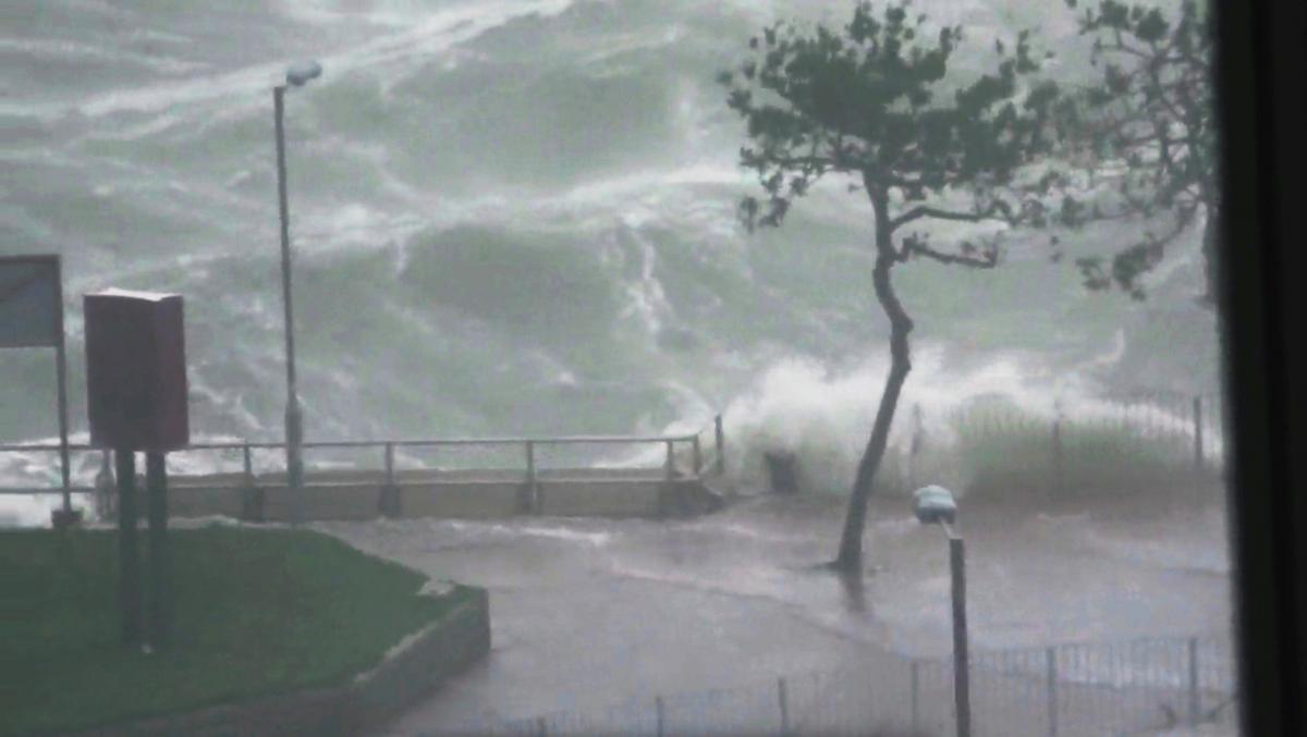 """Затопленные улицы и уничтоженные дома: Китай накрыл тайфун """"Мангхут"""""""