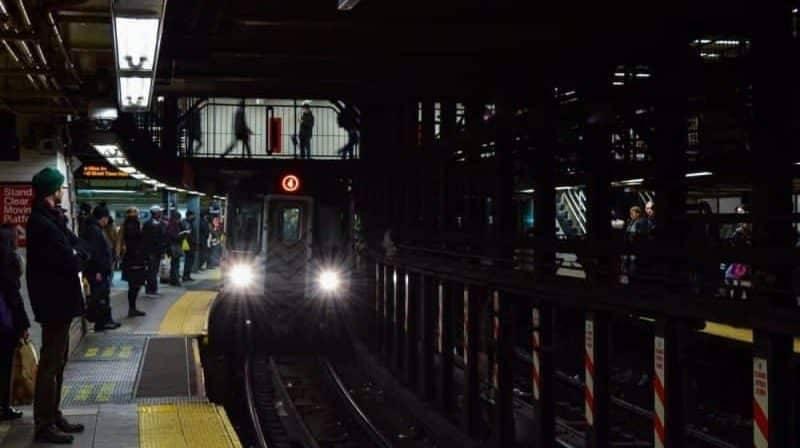 Пассажир метро, справив нужду между вагонами, споткнулся и погиб (18+)