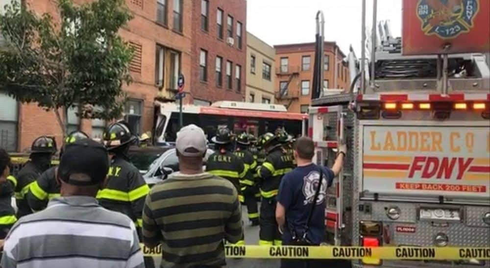 В Бруклине автобус MTA врезался в жилой дом (обновляется)
