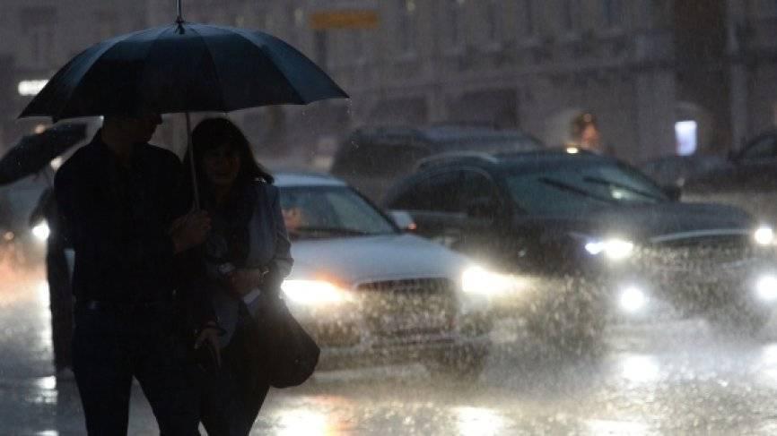 Рекордную жару в Москве сменила гроза: синоптики предупредили об опасности