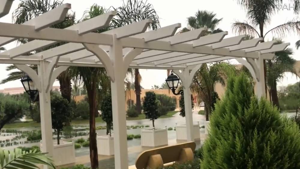 Из-за сильного ливня в Тунисе подтопило отель с отдыхающими