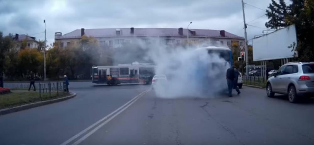 Пассажирский автобус загорелся в Омске
