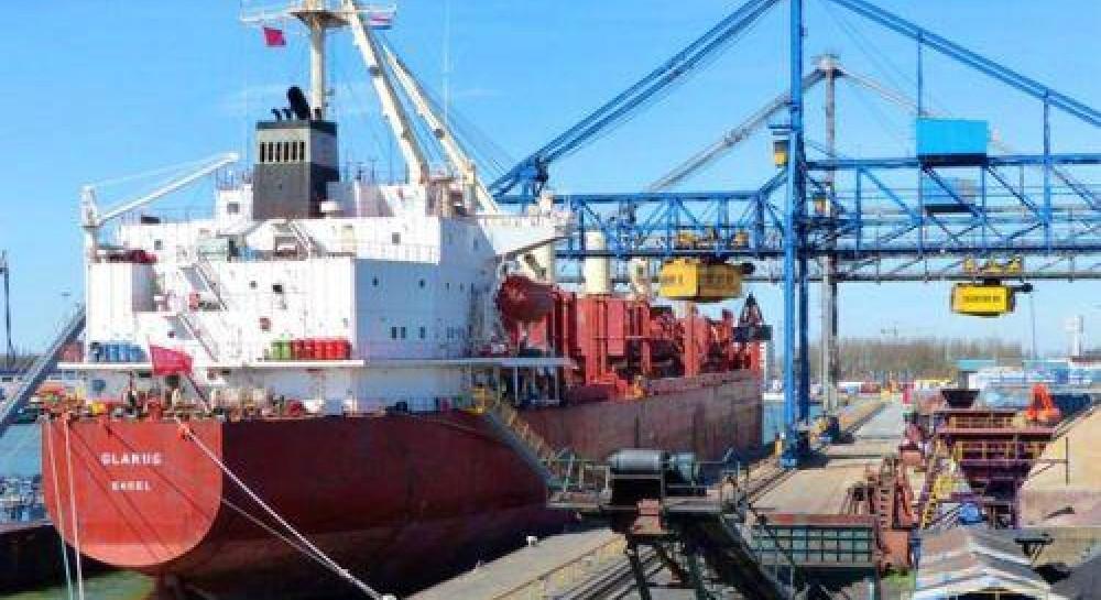 Нигерийские пираты захватили 12 моряков швейцарского судна, в том числе украинца