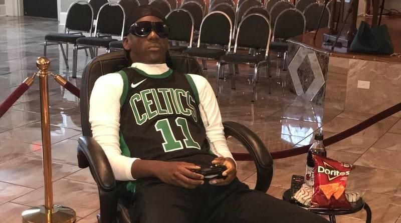 Родители усадили мертвого сына в кресло перед ТВ и дали чипсы, чтобы он «посмотрел» игру любимой команды