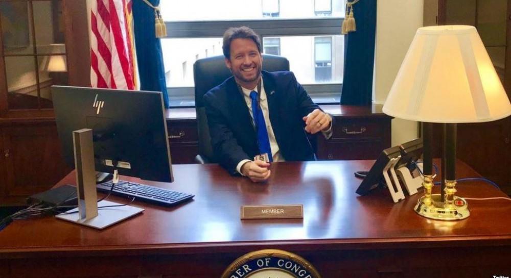 Хотел угостить коллегу: конгрессмена не пустили в Капитолий с 6 банками пива