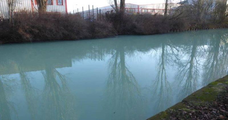 Канал Бриджуотер в Большом Манчестере внезапно приобрел странный оттенок синего цвета