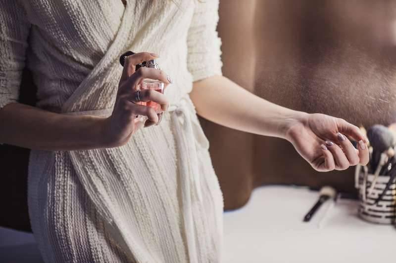 Благодаря этим запахам женщины кажутся мужчинам стройнее