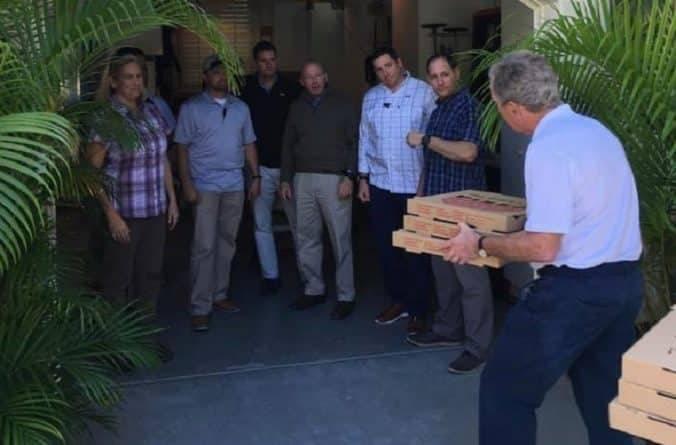 Джордж и Лаура Буш кормят пиццей охрану сидящую без зарплаты