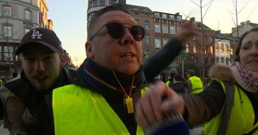 """""""Жёлтые жилеты"""" в Бельгии напали на журналистов и разбили им камеру"""