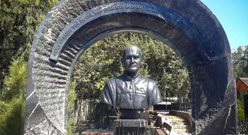"""""""Семейный склеп"""": журналисты показали могилу Януковича в Крыму"""