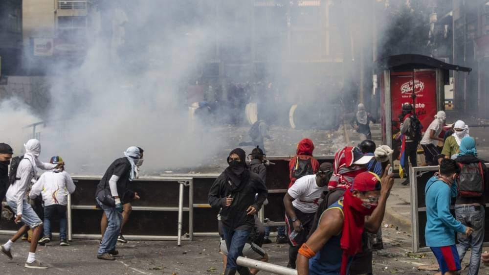 Слезоточивый газ применили против протестующих в Венесуэле