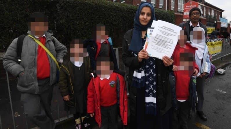 """Родители-мусульмане забирают детей из школы, где """"продвигают ЛГБТ-движение"""""""